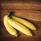 Banane auf Holz Lizenzfreies Stockfoto