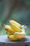 Banane auf Holzstuhl Lizenzfreies Stockbild