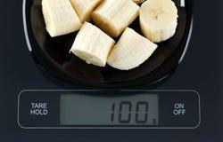 Banane auf Küchenskala Stockfotografie