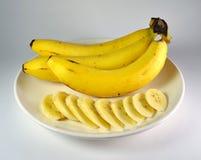 Banane auf weißer Platte Stockbild