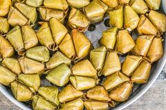 Banane avec du riz collant couvert dans le tapis de Tom de khao de feuille de banane dans le vapeur Image stock