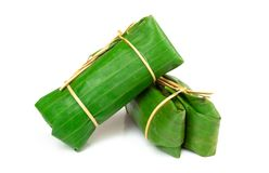 Banane avec du riz collant sur le fond blanc Khao Tom Mat ou KH image stock