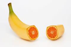 Banane contenant une orange photo libre de droits
