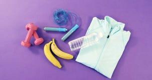 Banane, corde à sauter, haltères, bouteille d'eau et tirette clips vidéos