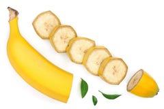 Banane coupée en tranches avec des feuilles de vert d'isolement sur le fond blanc avec l'espace de copie pour votre texte Vue sup Photo stock