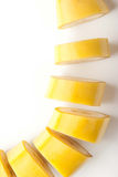Banane coupée en tranches sur le plan rapproché blanc de fond Photos stock