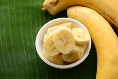 Banane dans une tasse au-dessus d'une feuille de banane Photographie stock