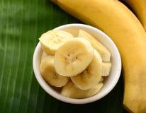 Banane dans une tasse au-dessus d'une feuille de banane Photos libres de droits