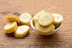 Banane dans une tasse au-dessus d'une table Photographie stock libre de droits