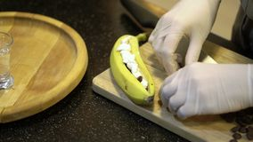 Banane de coupe de cuisinier banque de vidéos