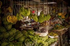 Banane e meloni al mercato locale Fotografia Stock Libera da Diritti
