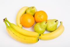 Banane e pere delle arance su bianco fotografia stock