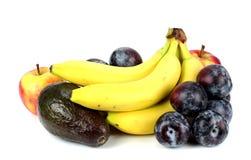 Banane e prugne dell'avocado delle mele su un fondo bianco Fotografia Stock Libera da Diritti