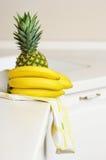Banane ed ananas sulla tabella della cucina Immagini Stock Libere da Diritti