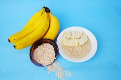 Banane et farine d'avoine ? l'arri?re-plan bleu photo stock
