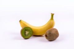 Banane et kiwis sur un fond blanc Images stock