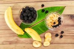 Banane et mûre sur la table en bois images libres de droits