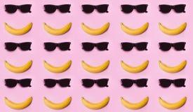Banane et verres sunglasses Été Le soleil Sourire photographie stock libre de droits