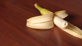 Banane fraîche sur le fond en bois Plan rapproché banque de vidéos
