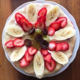 Banane, fraise et raisin dans un plat photographie stock