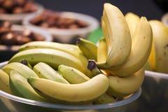 Banane fresche in ciotola Immagini Stock Libere da Diritti