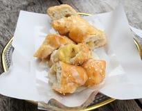 Banane frite de bâton de la pâte à l'intérieur avec le petit déjeuner de lait photo libre de droits