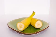 Banane geschnitten zur Hälfte Stockfotos