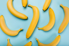 Banane gialle fresche isolate sul blu, banane mature Fotografia Stock