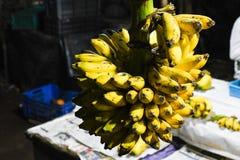 Banane gialle per il mercato del primo piano di vendita fotografia stock