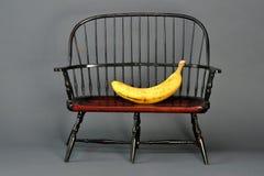 Banane im Stuhl Stockbild