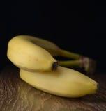 Banane jaune mûre sur une table en bois foncée images libres de droits