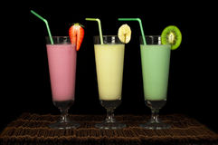 Banane, lait de poule de kiwi et de fraise et fruis frais photos libres de droits