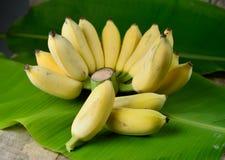 Banane mûre sur le fond en bois Photo libre de droits