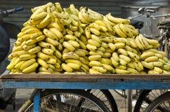 Banane mature fresche sulla stalla mobile della via, India Immagini Stock