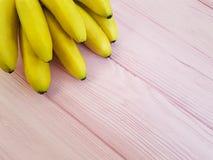 banane mature su un antiossidante di legno rosa fotografia stock