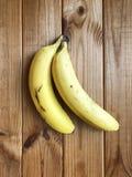 Banane mature su un fondo di legno Fotografie Stock Libere da Diritti