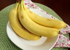 Banane mature su un piatto bianco Fotografia Stock