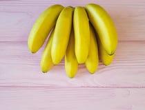 banane mature su un rosa di legno Fotografia Stock Libera da Diritti