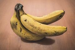 Banane mature su una tavola fotografie stock