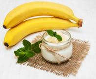 Banane mit natürlichem Jogurt Lizenzfreie Stockbilder