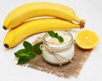 Banane mit natürlichem Jogurt Stockfotografie