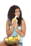 Banane noire de fixation de femme Photographie stock