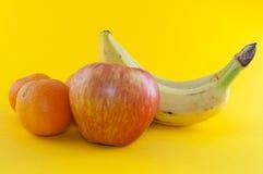 Banane, pomme et mandarine Photographie stock libre de droits