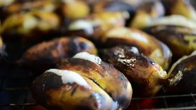 Banane rôtie ou grillée à la nourriture thaïlandaise de rue clips vidéos