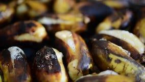 Banane rôtie ou grillée à la nourriture thaïlandaise de rue banque de vidéos