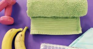 Banane, serviette, bande de forme physique, haltères, bouteille d'eau et tirette banque de vidéos