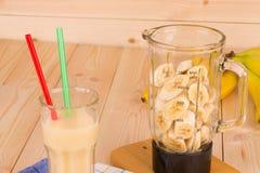 Banane Smoothie auf hölzernem Hintergrund Stockbild