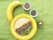 Banane Smoothie in einer Schüssel stockbilder
