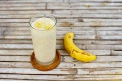Banane Smoothie im Glas zum gesundes Frühstück Stockfotografie
