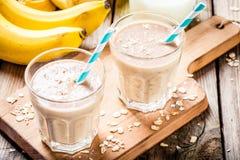 Banane Smoothie mit Hafermehl, Erdnussbutter und Milch Stockfoto